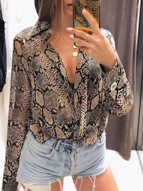 Moda gömlekler her zaman kadın gardırobunun ilgili bir öğesidir.