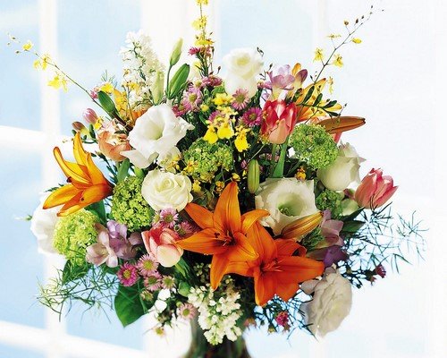 Beaux bouquets de fleurs printanières et arrangements floraux printaniers