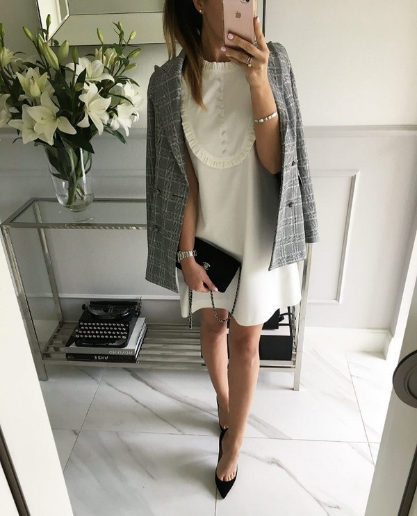 Şık yazlık elbiseler ve sundresses: yaz için güzel yaylar