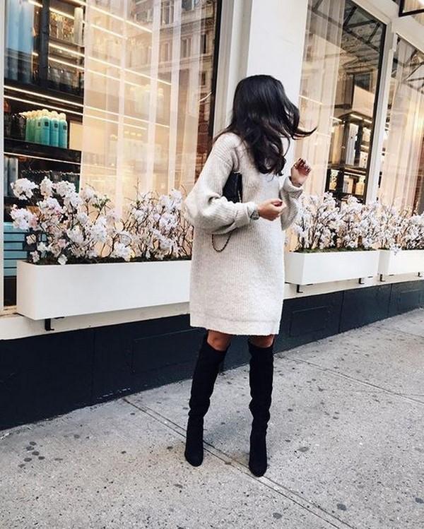 Belles robes tricotées automne-hiver: noeuds à la mode sur la photo