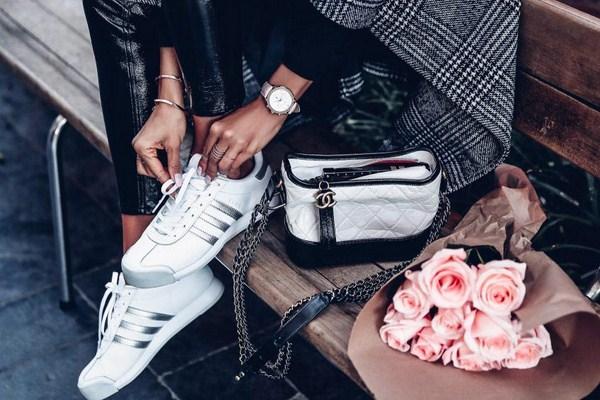 Tendances mode pour les sneakers: avec quoi porter des sneakers - voir photo