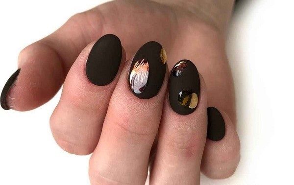 Manucure noire énigmatique dans des exemples de conception élaborés.